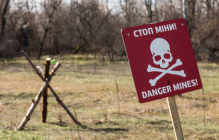 Под Попасной российская мина превратила в груду металла трактор, двое фермеров тяжело ранены - кадры