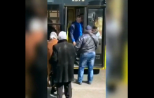 """""""Иди на х*й, ты десятый"""", - в Киеве 11-й в очереди пассажир силой вытолкал из троллейбуса кондуктора"""