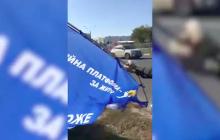 """В Харькове люди в черном изрезали палатку агитаторов """"ОПЗЖ"""" и показали, как это было"""