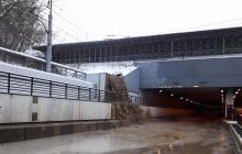 В Москве затоплен Тушинский тоннель: в Сети публикуют кадры водопада из грязи на Волоколамском шоссе
