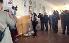 """Выборы президента 2019: """"ранняя пташка"""" Кличко появился на избирательном участке на велосипеде - кадры"""