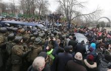 В столице Украины назревает бунт: сторонники Саакашвили не на шутку обозлились - люди строят новые баррикады и крушат все вокруг