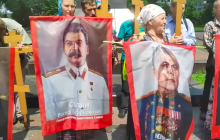 Портреты Сталина, кресты и иконы в Киеве: поклонники РПЦ напали на блогера на глазах бездействующей полиции