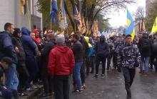 """Митинг сторонников Саакашвили в центре Киева набирает обороты: здание Рады окружили бойцы батальона """"Азов"""" - опубликованы кадры"""