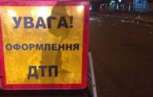 В Киеве авто влетело в остановку: полицейские едва спасли водителя от самосуда