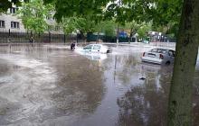 """Киев залило ливнем: машины и улицы """"ушли под воду"""", град побил деревья, людям вода выше щиколотки - кадры"""