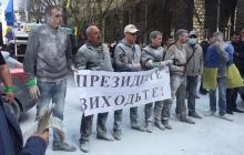 Группа разгневанных протестующих двинулась к имению Порошенко: активисты вызывают президента на серьезный разговор