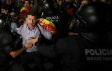 В Барселоне сторонники единой Испании штурмуют здание каталонского  радио, а противники уже отмечают победу песнями и танцами- кадры
