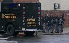 В американском Джерси-сити неизвестный вступил в бой с полицией и спецназом: есть погибшие