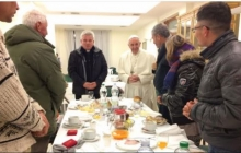 На 80 лет пришло 8 бездомных: так Папа Римский и отпраздновал свой юбилей