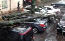 Одессу залило дождем: по улицам текли мощные потоки воды, ветром повреждены десятки машин - фото