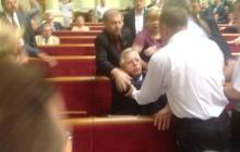 Драка в Верховной Раде: Симоненко и Левченко выталкивают из зала заседаний