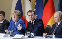 """Странная поза Меркель на саммите """"Нормандской четверки"""" в Париже поразила Сеть: фото"""