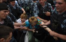 Массовые избиения, аресты и разгон поливальными машинами: как в Москве проходит марш в поддержку Голунова - кадры
