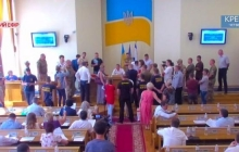 В Кременчуге активисты блокируют трибуну в горсовете, требуя не допустить назначения на должность врача-сепаратиста