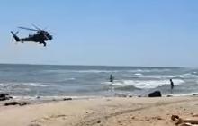 Над прифронтовым Мариуполем летает военный вертолет: жители растеряны и не знают, чего ждать, - видео