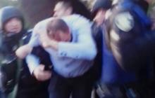 """""""В Украине нет будущего у пророссийских политиков"""", - опубликовано видео, на котором активисты Азова забросали яйцами сторонника России и Медведчука в Херсоне - кадры"""