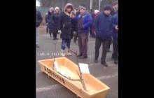 Самодельный гроб и перекрытая трасса: видео, как под Харьковом люди бунтуют против добычи газа