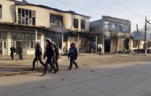 """Видео последствий ночной """"войны"""" в Казахстане: 8 погибших, 30 сожженных домов, дунганы бегут в Киргизию"""