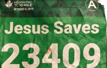 """Спасение бегуна с майкой """"Иисус спасет"""" удивило весь мир - надпись оказалась пророческой"""