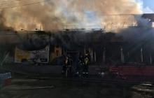 Мощный пожар в Кривом Роге уничтожил половину торговых рядов: в Сети показали первые кадры масштабного пламени