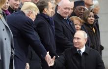 """""""В ТАСС полетят головы"""", - в Сети поднялся шум из-за """"провального"""" кадра с Трампом и крохотным Путиным в Париже"""