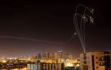 """Фото дня: """"Железный купол"""" Израиля ведет перехват ракет над городом Сдеротом"""