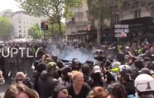 В Париже усилились протесты - полиция применила спецсредства: кадры