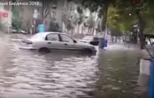 """В Украине теперь есть своя """"Атлантида"""": популярный курорт ушел под воду, жители плавают по улицам – кадры"""