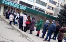 """""""Хотели в СССР - получите!"""" - фото, как жители Луганска выстраиваются в очереди за зарплатой"""