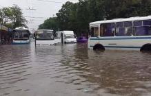 """""""Тут ужас, на наших глазах машину с людьми просто смыло и унесло куда-то, улицы уходят под воду, страшно"""": жители Крыма в панике, есть данные о первых жертвах ливней - кадры"""