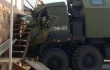 В Севастополе военный грузовик оккупантов врезался в жилой дом, свидетели бежали с места происшествия – кадры