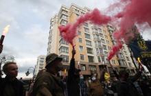 У дома Зеленского в центре Киева толпа активистов с флагами Украины зажгла файеры, фото