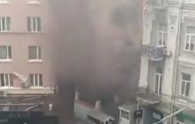 Черный дым и убегающие люди: возле офиса Медведчука в Киеве раздался сильный взрыв, кадры