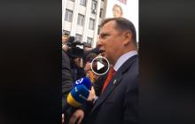 Олега Ляшко забросали презервативами с вазелином перед зданием суда - видео