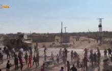 В сирийском Кобани местные жители наглядно показали свое отношение к российским военным - видео