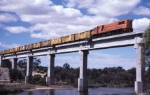Можно навсегда исчезнуть: житель США показал видео с железнодорожным мостом, который уводит в потусторонний мир - кадры