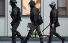 В центре Минска силовики гранатами и дубинками пытались разогнать Марш гордости - в них полетели бутылки