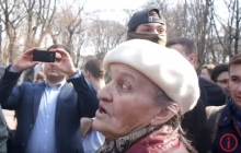 """""""АТО напала на Донбасс, а Захарченко и Путин молодцы"""": сепаратистка из Киева устроила стычку с активистами и рассказала, чей Крым - кадры"""