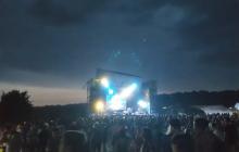 Ураган обрушился на фестиваль Kozak FEST под Днепром, сорвал крышу у сцены и убил человека - страшные кадры