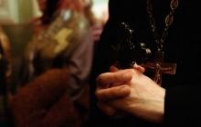 """Кадры, как на Ивано-Франковщине прогоняют священника МП криками """"сепаратист"""" – московскому попу ничего не помогло"""