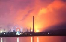 """В Мариуполе полыхает """"Азовсталь"""": слышен грохот, яркое зарево видно за сотни метров – видео пожара"""