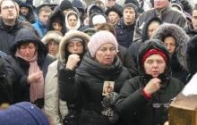 """На коленях, с портретом российского царя: верующие УПЦ МП """"отстаивают православную веру"""" под Радой"""