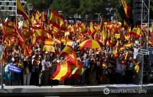 """По Мадриду прокатилась волна патриотических протестов: тысячи сторонников единства Испании требовали прекратить рвать страну """"на куски"""", - появились яркие кадры"""