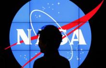 NASA презентовало 2 новейших скафандра для полетов на Луну и Марс - видео