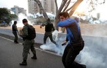 """В Венесуэле обострился конфликт: силовики """"друга России"""" Мадуро применили к оппозиционерам слезоточивый газ"""