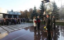 Памятный колокол скорби звучит впервые в Киеве: Порошенко открыл Мемориал погибшим Героям