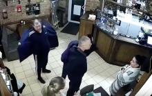 """""""Я тот, кто тебя убьет"""", - появилось видео, как """"охранник Кивы"""" приставляет нож к шее официантки"""