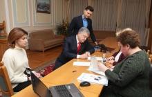 Порошенко подал документы в Центризбирком – кадры