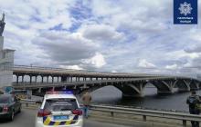 Минирование моста в Киеве: очевидцы рассказали о мужчине с проводами и пакетом, кадры